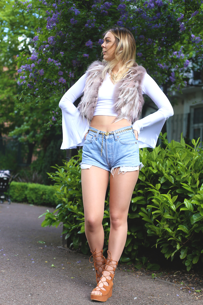 pie_and_fash_topshop_competition_feather_pastel_gilet_chloe_lace_up_sandals_denim_shorts_festival_fashion